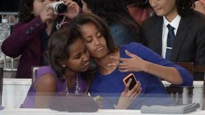 malia-obama-sasha-obama-selfie