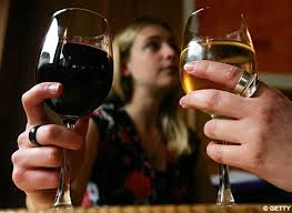 womAN-drinking-wine-on date